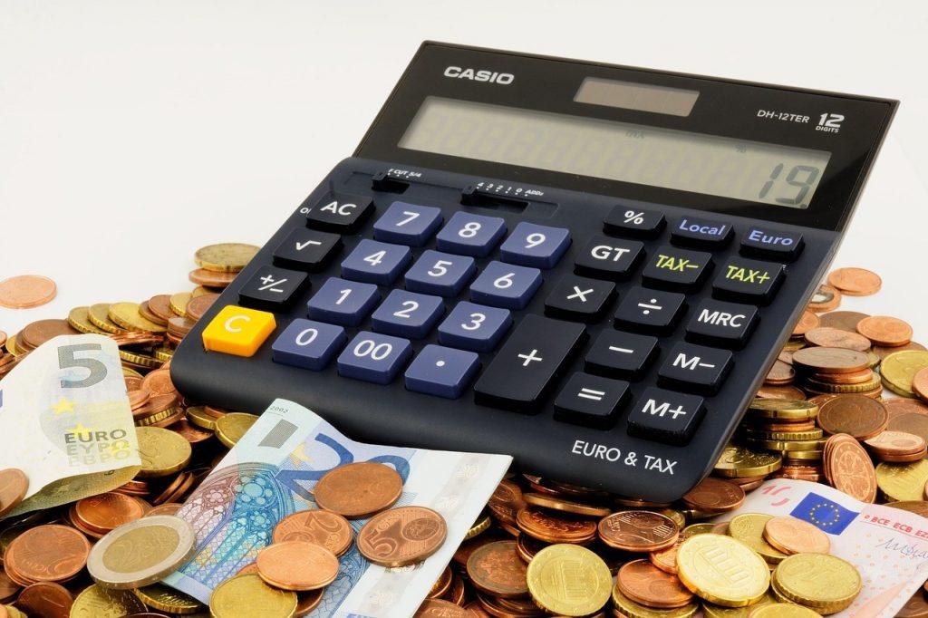 Taschenrechner steht auf Geld.